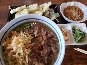頴田にある大福うどんで、肉うどんに長芋天ぷらトッピング